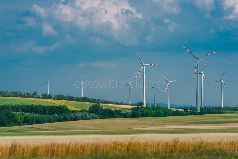 Campagne avec des turbines de vent photographie stock libre de droits