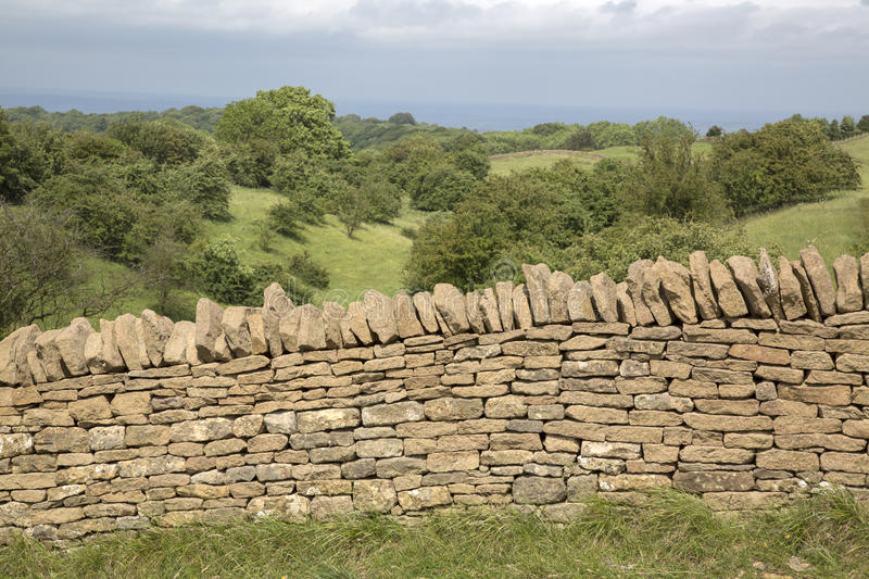 Campagne avec le mur en pierre, Broadway ; Cotswolds ; Worcestershire photos stock