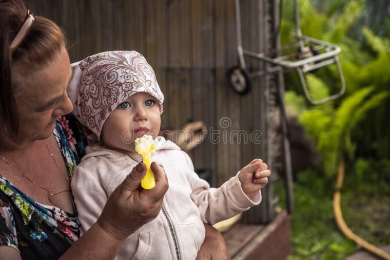 Campagne de alimentation de sourire heureuse de gruau de grand-mère de bébé supérieur d'enfant photo stock