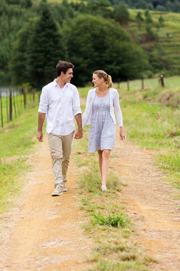 Campagne de marche de couples image stock