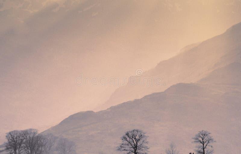 Campagne de pays de brume du soleil de regain de brouillard de montagnes scénique photos libres de droits