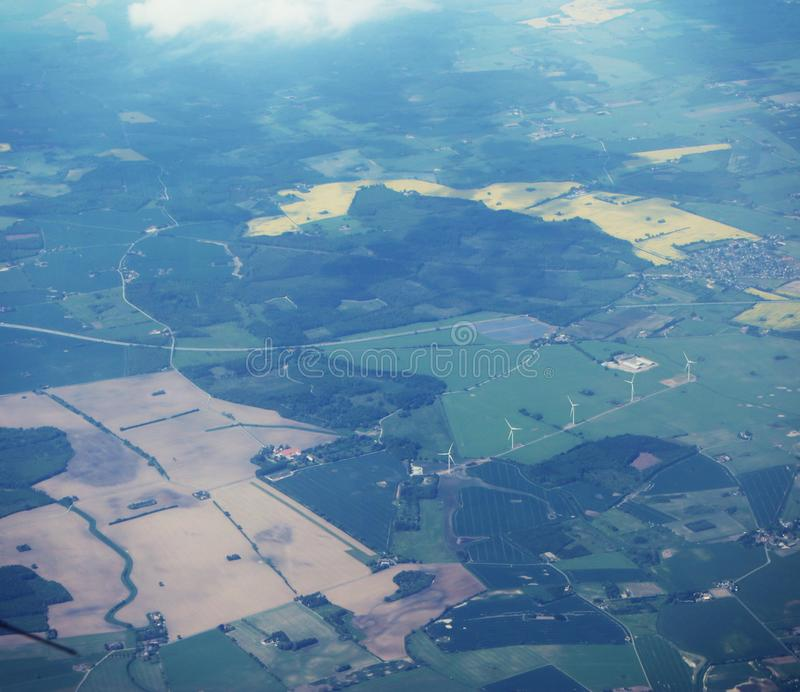 Campagne du Danemark avec des turbines de vent photos stock