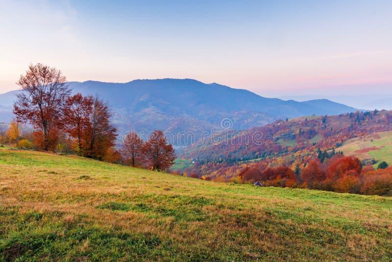 Campagne en montagnes au lever de soleil photos stock