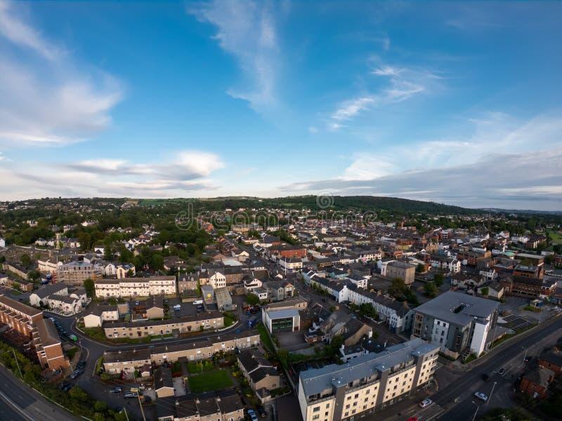 Campagne, vue aérienne sur les maisons près de la côte irlandaise de la mer à Belfast Irlande du Nord Ciel nuageux au-dessus du b images stock