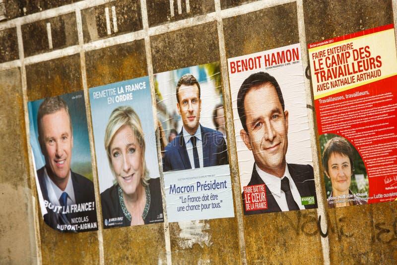 Campagneaffiches voor de Franse presidentsverkiezing van 2017 in een klein dorp stock afbeelding