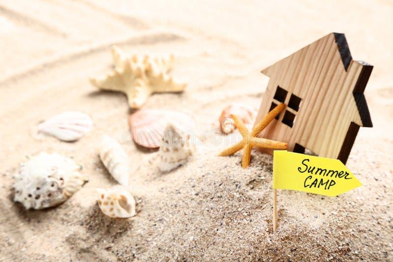 Campamento de verano con la casa de madera fotografía de archivo