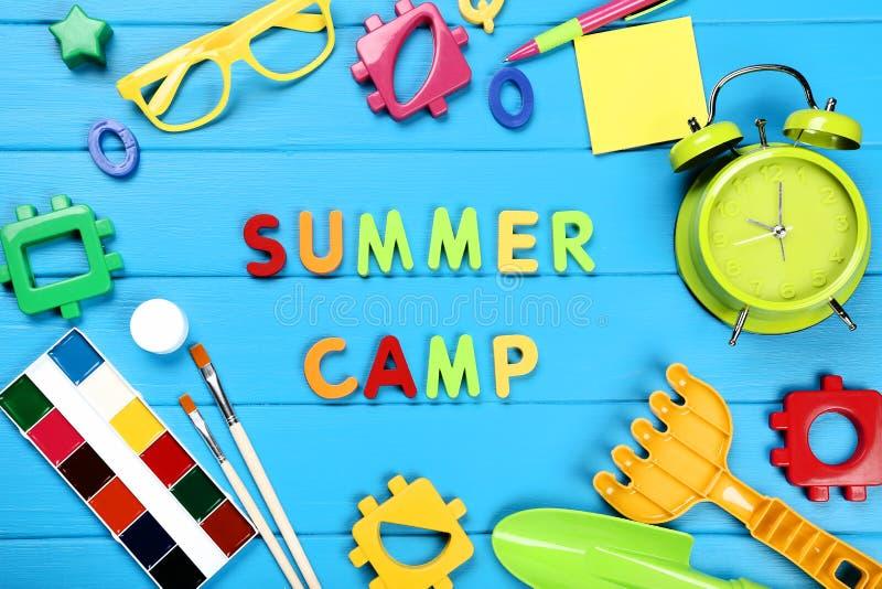 Campamento de verano con los juguetes, las pinturas y los vidrios imagen de archivo libre de regalías