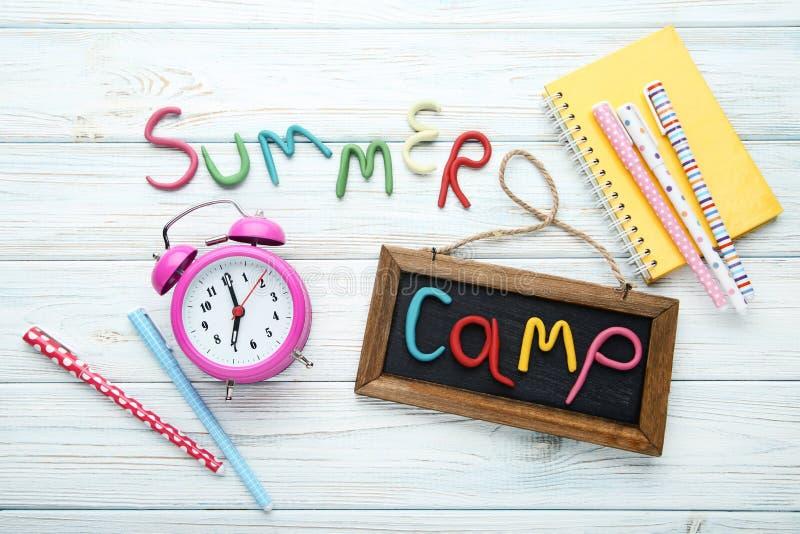 Campamento de verano de la inscripción imagenes de archivo