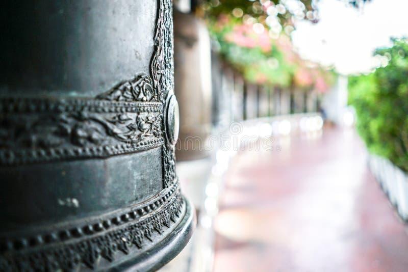 Campana alta vicina del metallo con il fondo della sfuocatura , Supporto dorato, Bangkok, Tailandia immagine stock libera da diritti