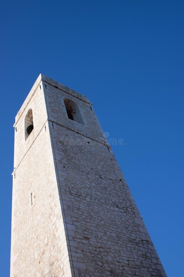 Campana bianca della torre nel cielo blu fotografie stock