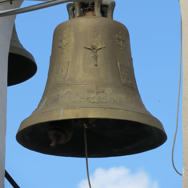 Campana colgante en el viejo cierre de la iglesia para arriba imagen de archivo libre de regalías