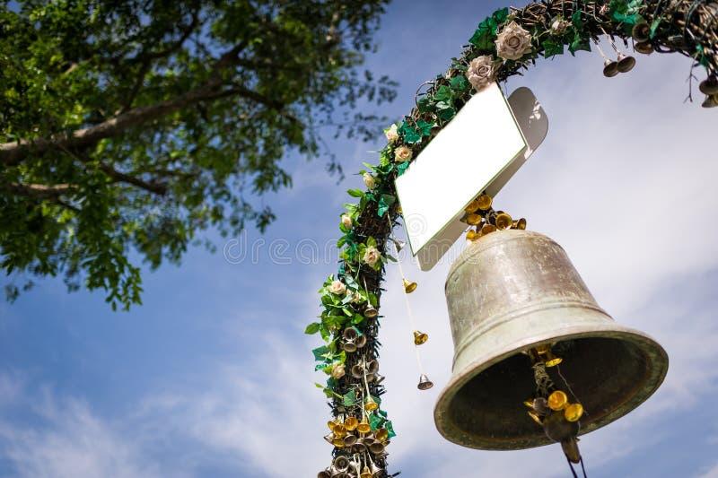 Campana de boda y flores decorativas imagenes de archivo