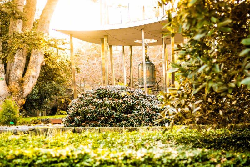 Campana de la paz de mundo, jardín botánico, Christchurch imagenes de archivo