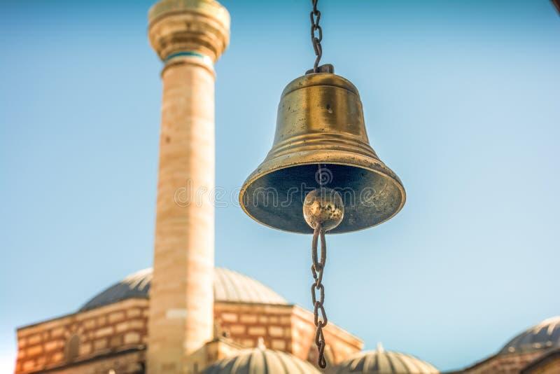 Campana de mano del vintage en el museo de Romi en Konya Turquía foto de archivo