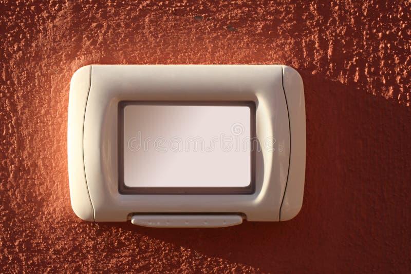 Campana de puerta en una pared roja del yeso con el espacio de la copia y la trayectoria de recortes para el nombre imágenes de archivo libres de regalías