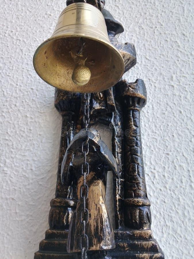 Campana de puerta de oro en la entrada de la casa en la pared imagen de archivo