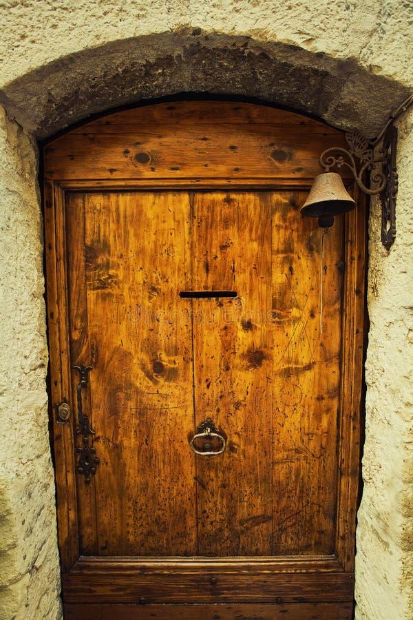 Campana del anillo de la puerta imagenes de archivo