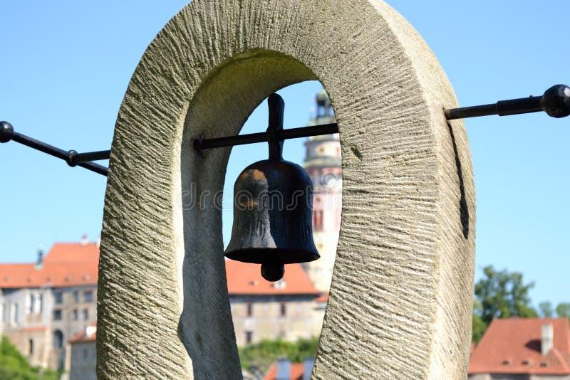 Campana del metallo sulla pietra fotografia stock