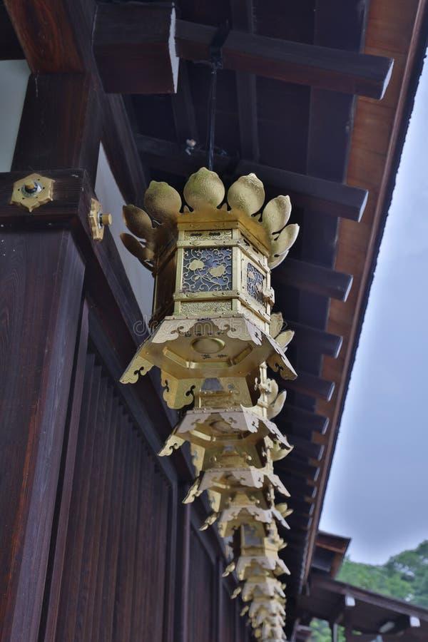 Campana del oro del Shimogamo famoso Jinja en Kyoto Japón foto de archivo libre de regalías
