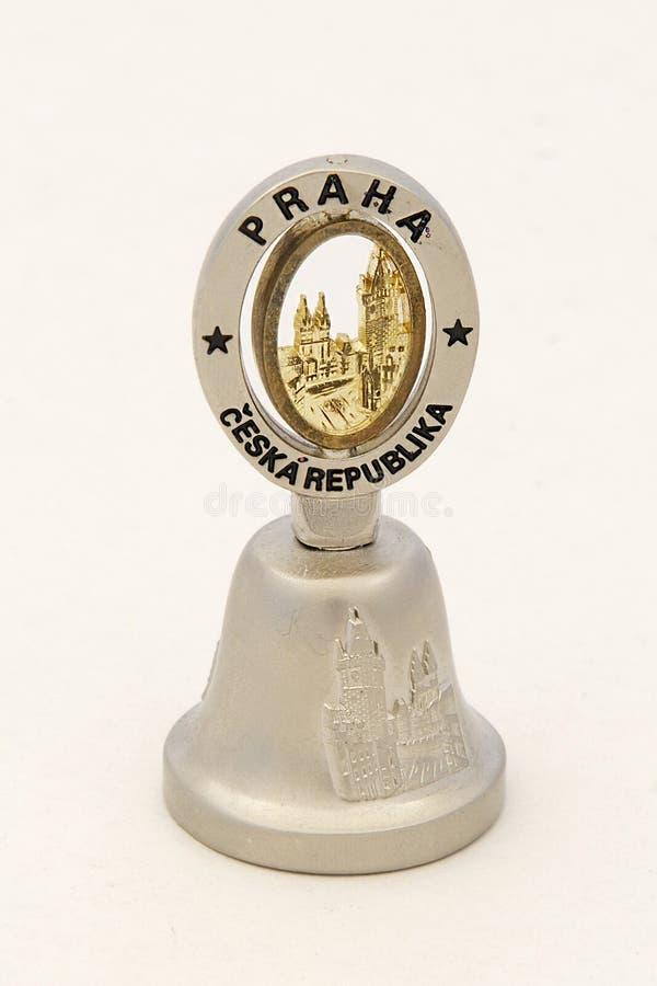 Campana del ricordo con l'iscrizione Praga, repubblica Ceca fotografia stock libera da diritti