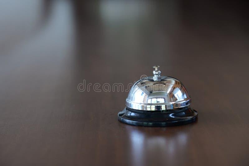 Campana del servicio de atención al cliente, campana de la recepción en pasillo del hotel fotos de archivo libres de regalías