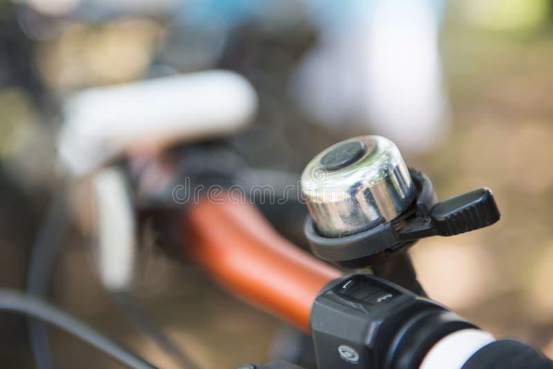 Campana della bicicletta sulla barra della maniglia fotografia stock libera da diritti