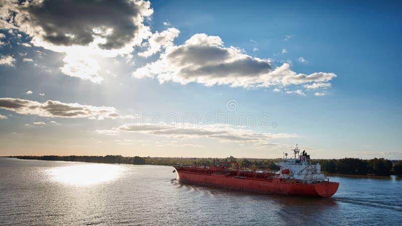 Campana River, Buenos aires, Argentinië - 22 Augustus 2018: Groot tankschip met lading die van brandstof Campana River op haar ma stock fotografie