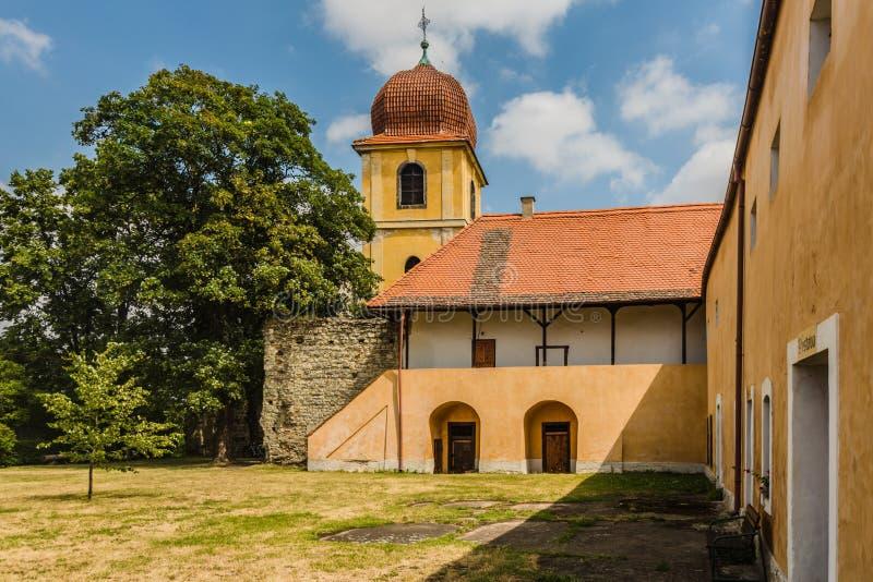 Campanario amarillo y monasterio anterior de Clares pobre fotos de archivo