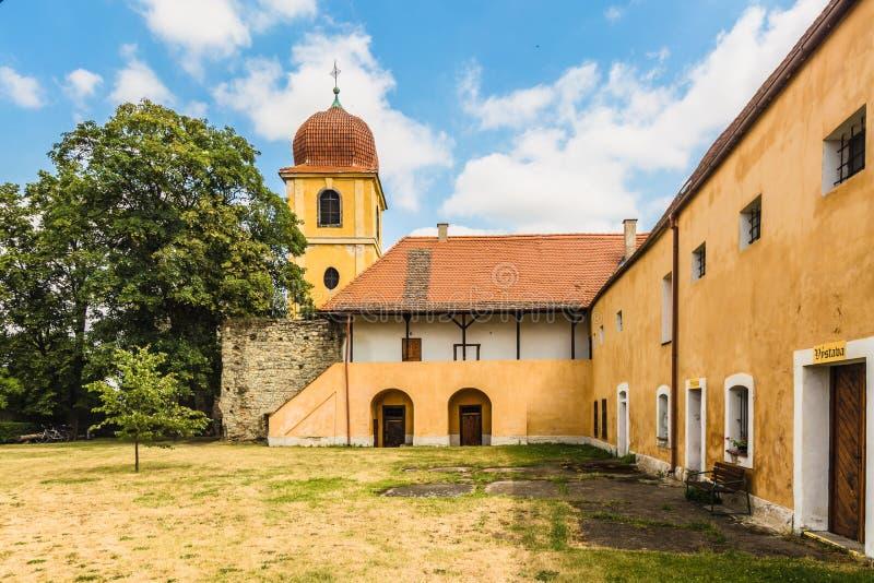 Campanario amarillo y monasterio anterior de Clares pobre imagen de archivo