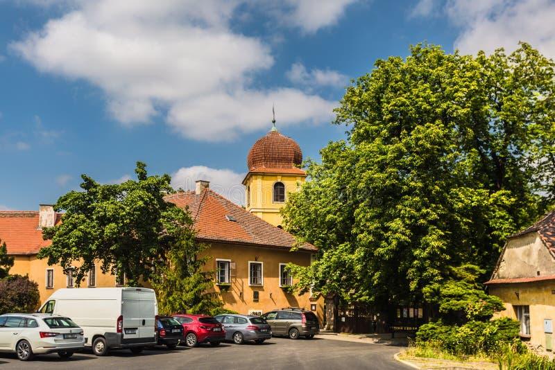 Campanario amarillo y monasterio anterior en Panensky Tynec imágenes de archivo libres de regalías