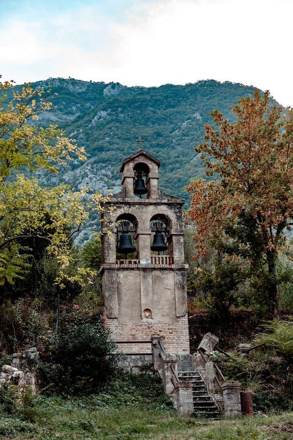 Campanario cerca del pueblo Prcanj montenegro foto de archivo libre de regalías