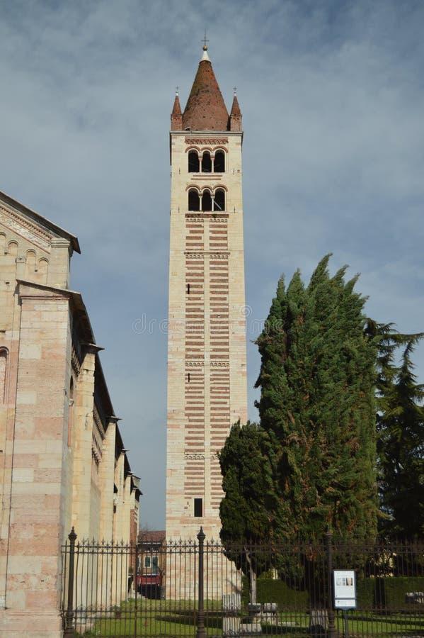 Campanario de la basílica de San Zenon In Verona fotografía de archivo libre de regalías