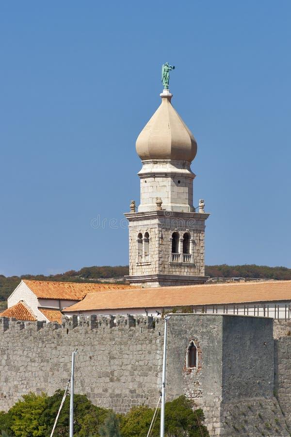 Campanario de la catedral de Krk fotos de archivo