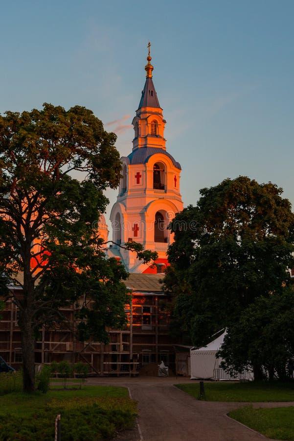 Campanario de la catedral de la transfiguración en los rayos de la mañana del sol naciente imágenes de archivo libres de regalías