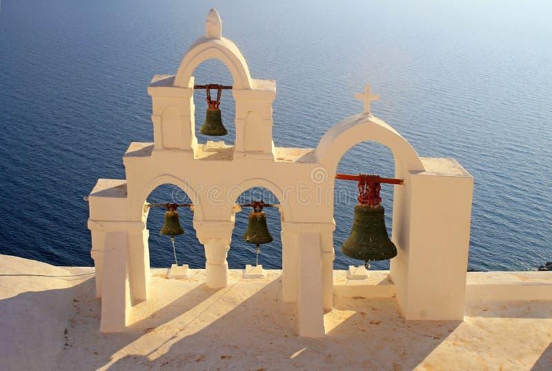 Campanario de la iglesia blanca, Oia, Santorini, Grecia imagen de archivo libre de regalías