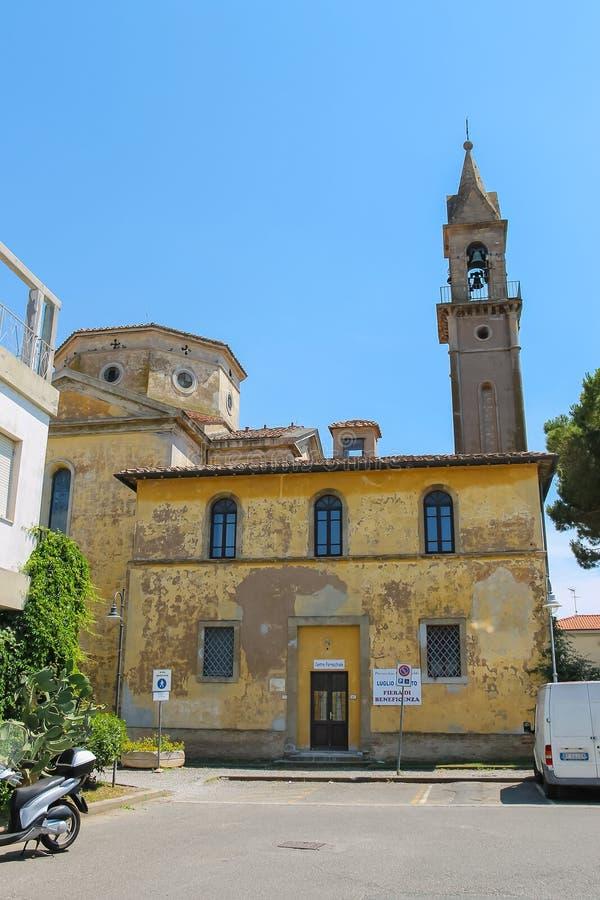 Campanario de la iglesia católica en Vada, Livorno, Italia foto de archivo libre de regalías