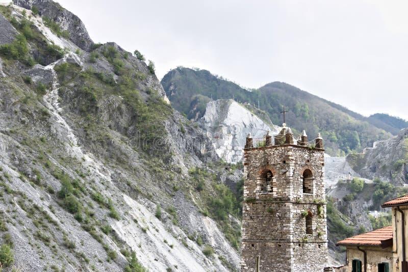 Campanario de la iglesia construida con los guijarros de m?rmol blancos Colonnata, Carrara, Toscana, Italia foto de archivo