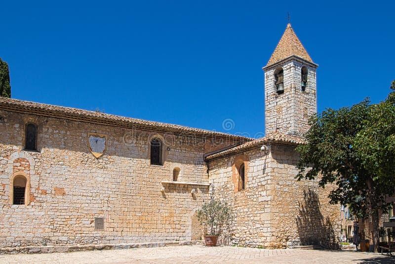 Campanario de la iglesia de Gregorio del santo en Tourrettes-sur-Loup en Francia del sudeste imagen de archivo