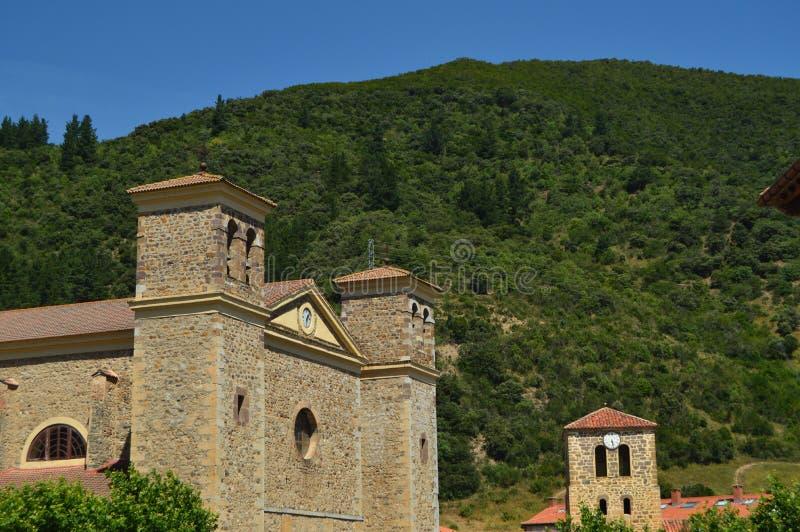 Campanario de la iglesia nueva y vieja de San Vicente In Villa De Potes Naturaleza, arquitectura, historia, viaje foto de archivo libre de regalías