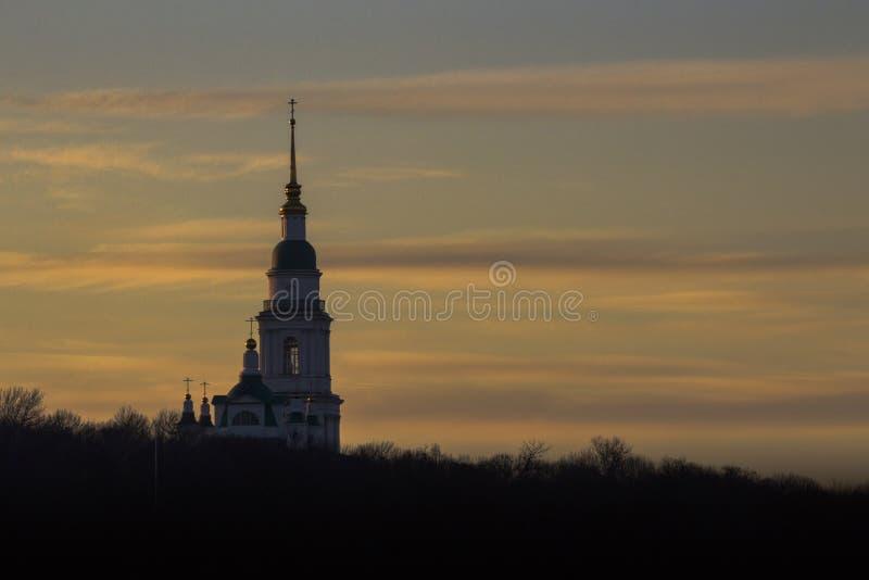Campanario de la iglesia ortodoxa rusa antes de la puesta del sol imágenes de archivo libres de regalías