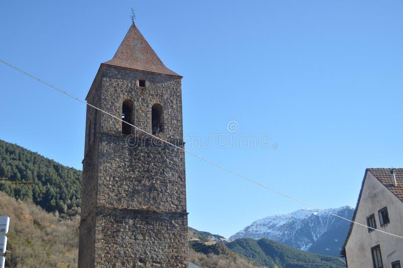Campanario de la iglesia parroquial de nuestra señora Of La Asuncion Bielsa Village Paisajes, los Pirineos de la naturaleza, hist fotos de archivo libres de regalías