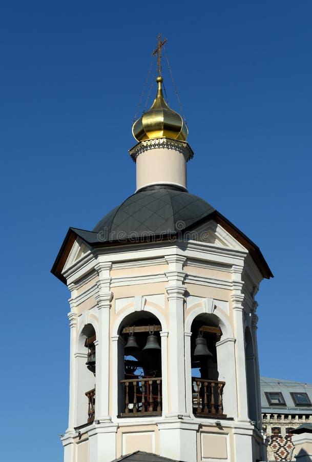 Campanario de la iglesia de St Sergius de Radonezh en Krapivniki en Moscú imagen de archivo