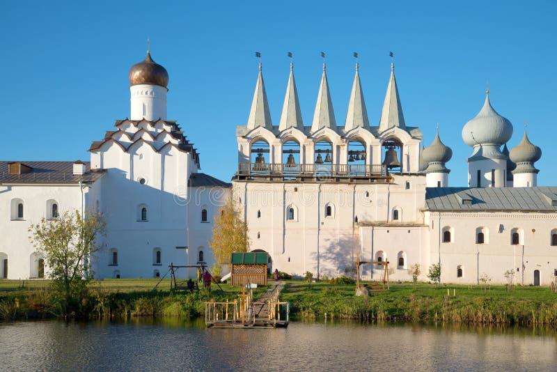 Campanario de la tarde de octubre del monasterio de la suposición de Tikhvin Tikhvin imagen de archivo