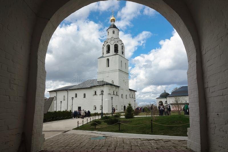 Campanario de piedra blanco en el arco del monasterio de la suposición, Rusia fotos de archivo