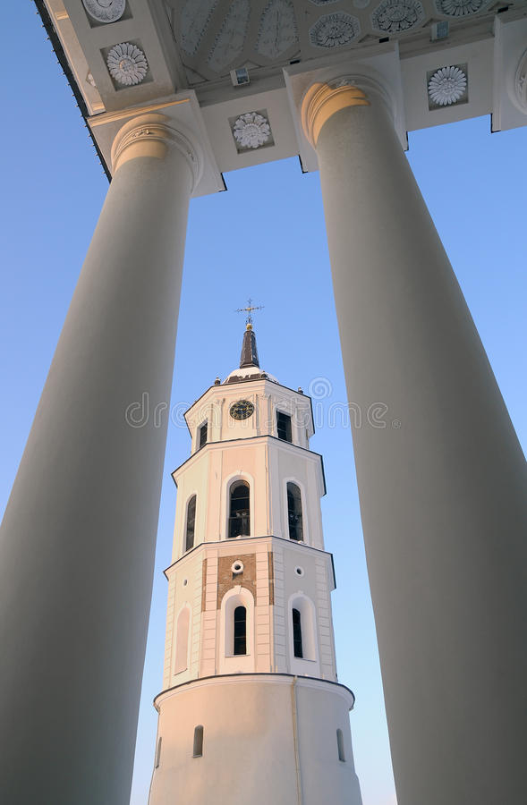 Campanario de una iglesia de la catedral de Vilnius imágenes de archivo libres de regalías