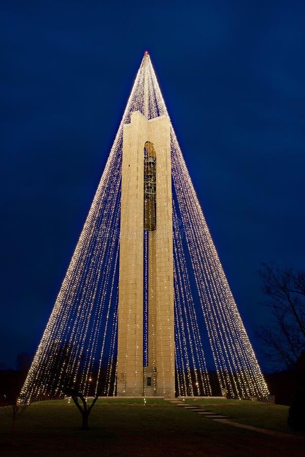 Campanario del carillón con las luces de la Navidad en la noche, vertical, HDR imagen de archivo