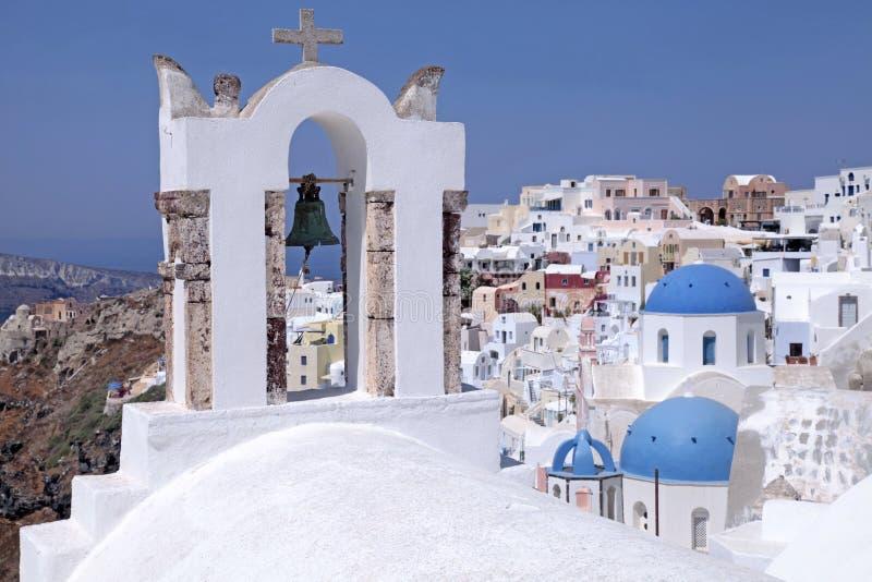 Campanario e iglesia ortodoxa, Oia, isla de Santorini, Grecia imágenes de archivo libres de regalías