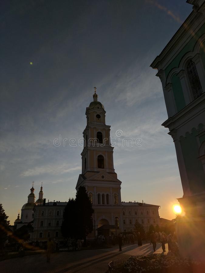 Campanario en Diveyevo en puesta del sol y el sol foto de archivo libre de regalías