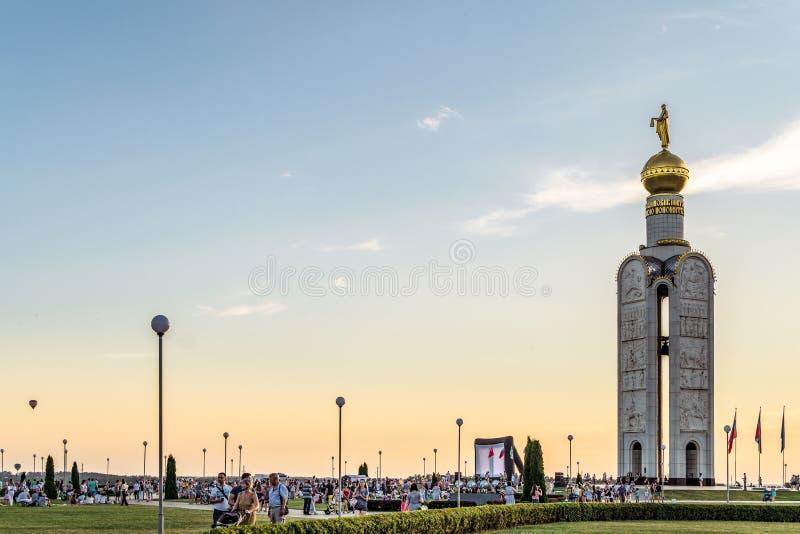 Campanario en el ` complejo conmemorativo del campo de batalla del tanque del polo de Prokhorovskoe del ` Festival del ` Nebosvod imagenes de archivo