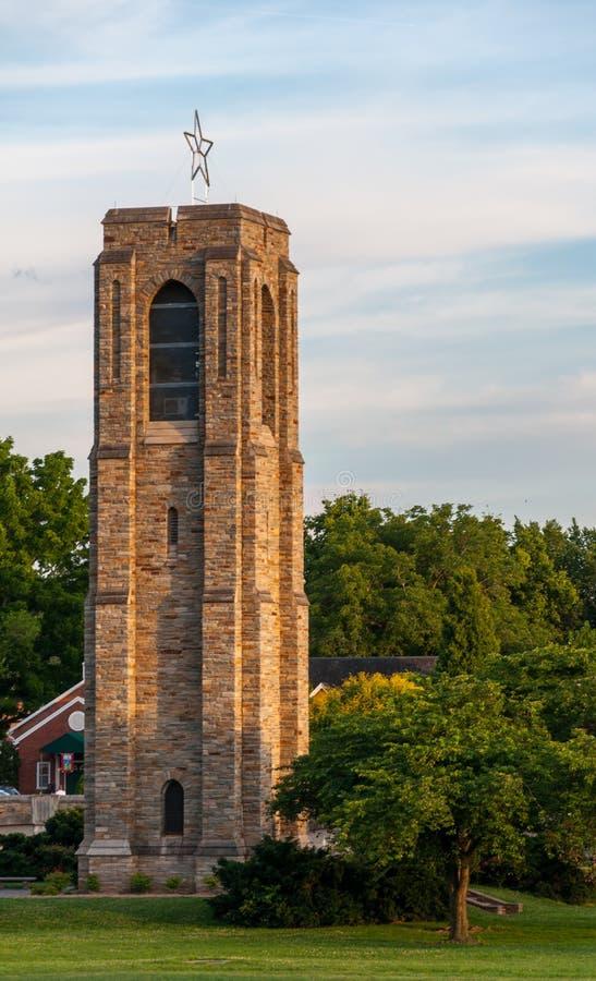 Campanario en la puesta del sol - Frederick, Maryland de Park Memorial Carillon del panadero imágenes de archivo libres de regalías